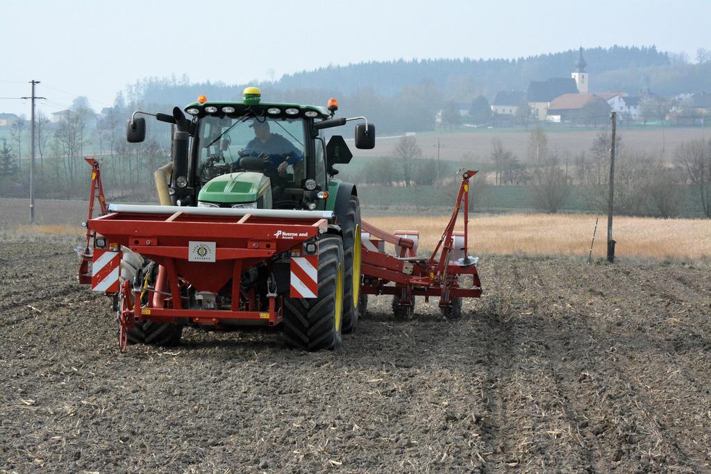 Durch das Satellitensignal fährt der Traktor immer die gleiche Spur entlang. Kostenpunkt: etwa 15.000 Euro.