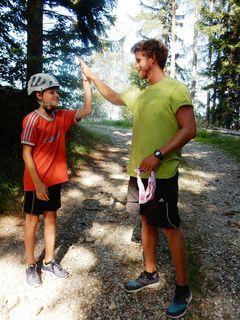 Ein High-Five nach geschafftem Zetzi-Gipfelsturm.