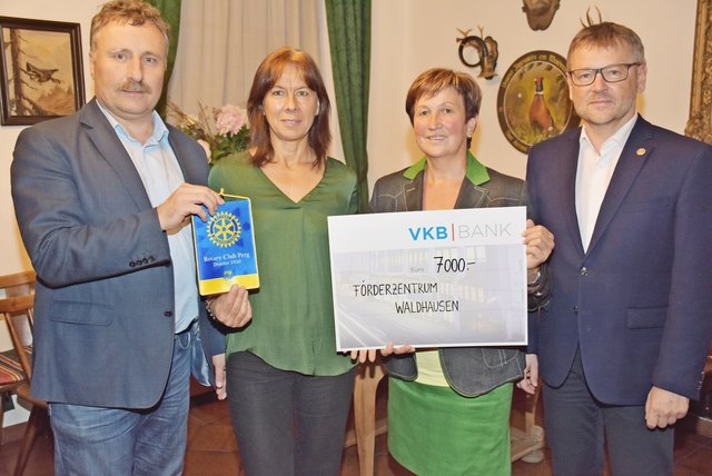 Rotarier radelten für das Förderzentrum, Spendenübergabe