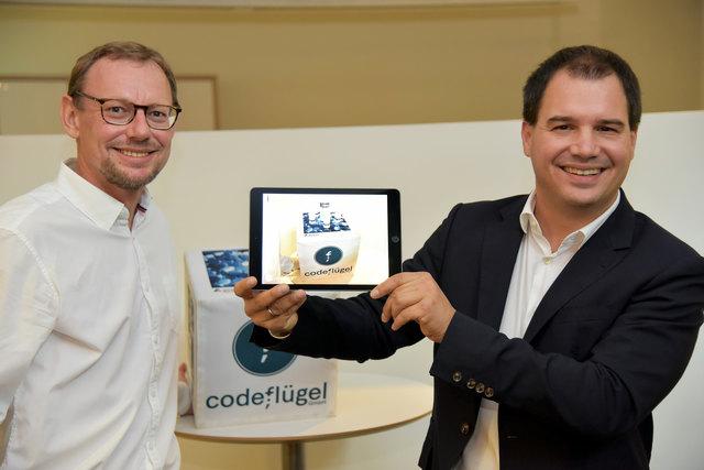 Innovativ: Stefan Mooslechner (CodeFlügel) zeigt Michael Schickhofer die virtuelle Realität.