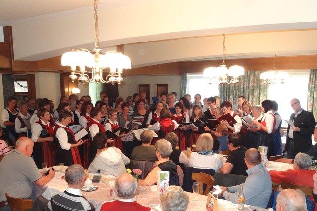 Imposant: 5 Chöre mit annähernd 70 Sängerinnen und Sängern brachten zum Abschluss gemeinsam einige Lieder zu Gehör. Foto: Richard Rauscher.