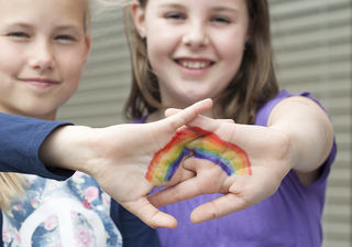 Rainbows hilft Kindern nach Verlust einer geliebten Person.