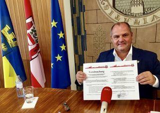 Die FPÖ will ein Bettelverbot nach Ybbser Vorbild. - Hier Bürgermeister Alois Schroll aus Ybbs mit der Kundmachung zum Bettelverbot.