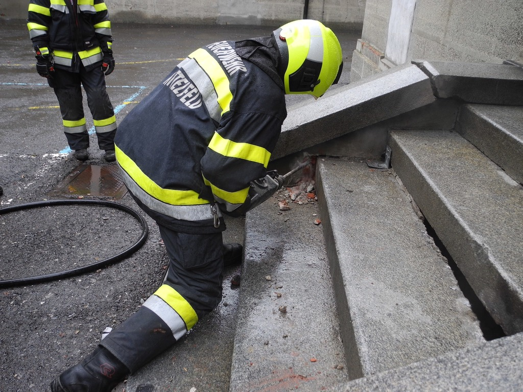 Die Feuerwehr musste die Stiege aufstemmen. Foto: Zeiler