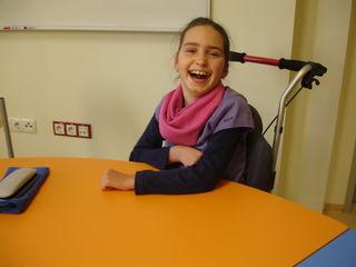 Trotz schwierigen Alltags ist Julia ein sehr fröhliches Mädchen.