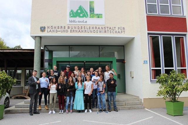 Die 1B-Klasse der HBLFA Tirol in Kematen mit Dir. Ronald Zecha und Klassenvorstand Philipp Prugger