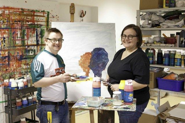 Stefan Hofer mit Caritas-Mitarbeiterin Theresia Klaffenböck, die die Künstler in St. Pius betreut.