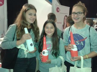 India Trebsche, Nadine Weber und Naomi Paris beim Flaschen-Jonglieren.