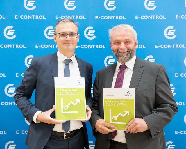 Wolfgang Urbantschitsch (l.) und Andreas Eigenbauer, die beiden Vorstandsmitglieder der E-Control, präsentieren den Ökostrombericht.