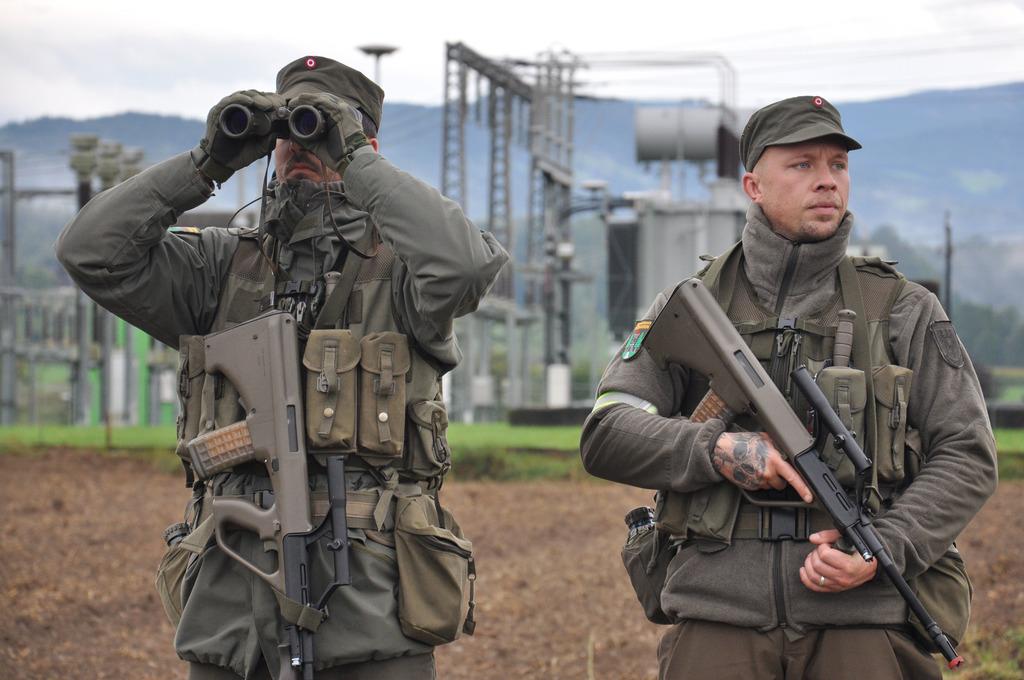 Milizsoldaten schützen Energieversorgungsanlagen in St. Martin im Sulmtal.