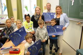 Bildungsstadträtin Maria-Theresia Eder, Stadtrat Peter Mayer sowie die Kierlinger Gemeinderätin Verena Pöschl verteilten Schreibunterlagen.
