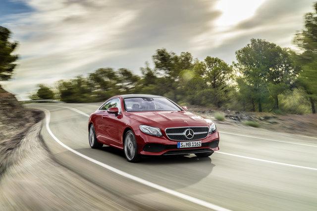 Mercedes-Benz E 400 4MATIC Coupé – Topmodell der neuen Bau-reihe bleibt auch im bissigen Modus Sport+ souverän.   Mercedes-Benz E-Class Coupé; 2016; exterior: designo hyacinth red metallic, AVANTGARDE;