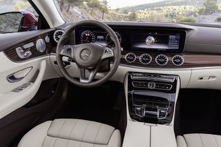 Edler geht's nicht: klar statt nüchtern & optimal bedienbar.   Mercedes-Benz E-Class Coupé; 2016; interior: Leather macchiato beige / espresso brown (205), designo brown flowing lines magnolia wood trim parts;