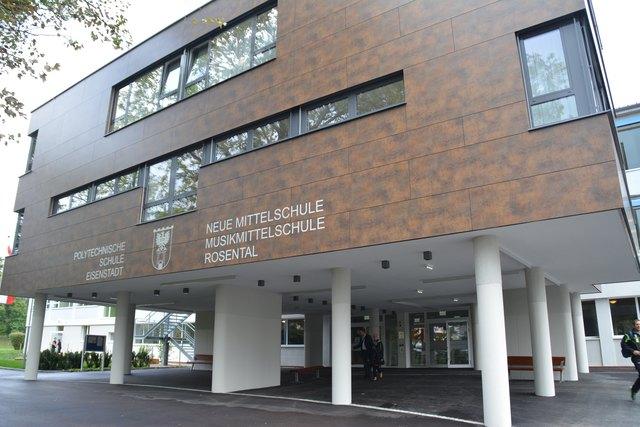 Das Schulgebäude, in dem sowohl die NMS Rosental als auch die Polytechnische Schule Eisenstadt untergebracht sind, wurde umfassend saniert.