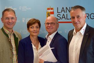 Im Bild von links: Bgm. Adi Rieger, LAbg. Theresia Neuhofer, LHStv. Christian Stöckl und Landesrettungskommandant Anton Holzer.