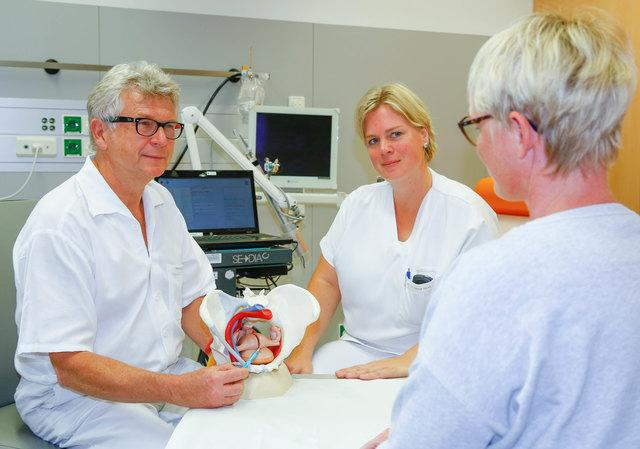 In der Inkontinenz-Sprechstunde: Primar Wieland Zeilmann, Leiter der Abteilung für Frauenheilkunde, und Gynäkologin Bettina Rieder-Walkner.