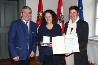 Verleihung Salzburger Umwelt-Verdienstzeichen, Kategorie Energie:  im Bild v. li: LR Josef Schwaiger, Labg. a.D. Heidemarie Rest-Hinterseer und LH-Stv. Astrid Rössler.