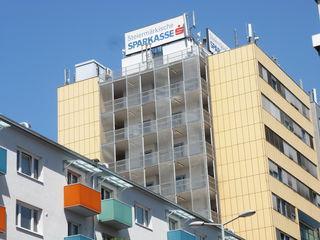 Die Raucherbalkone vom Grazer Stadtbauamt - ein weithin leuchtendes Beispiel für Stromverschwendung...
