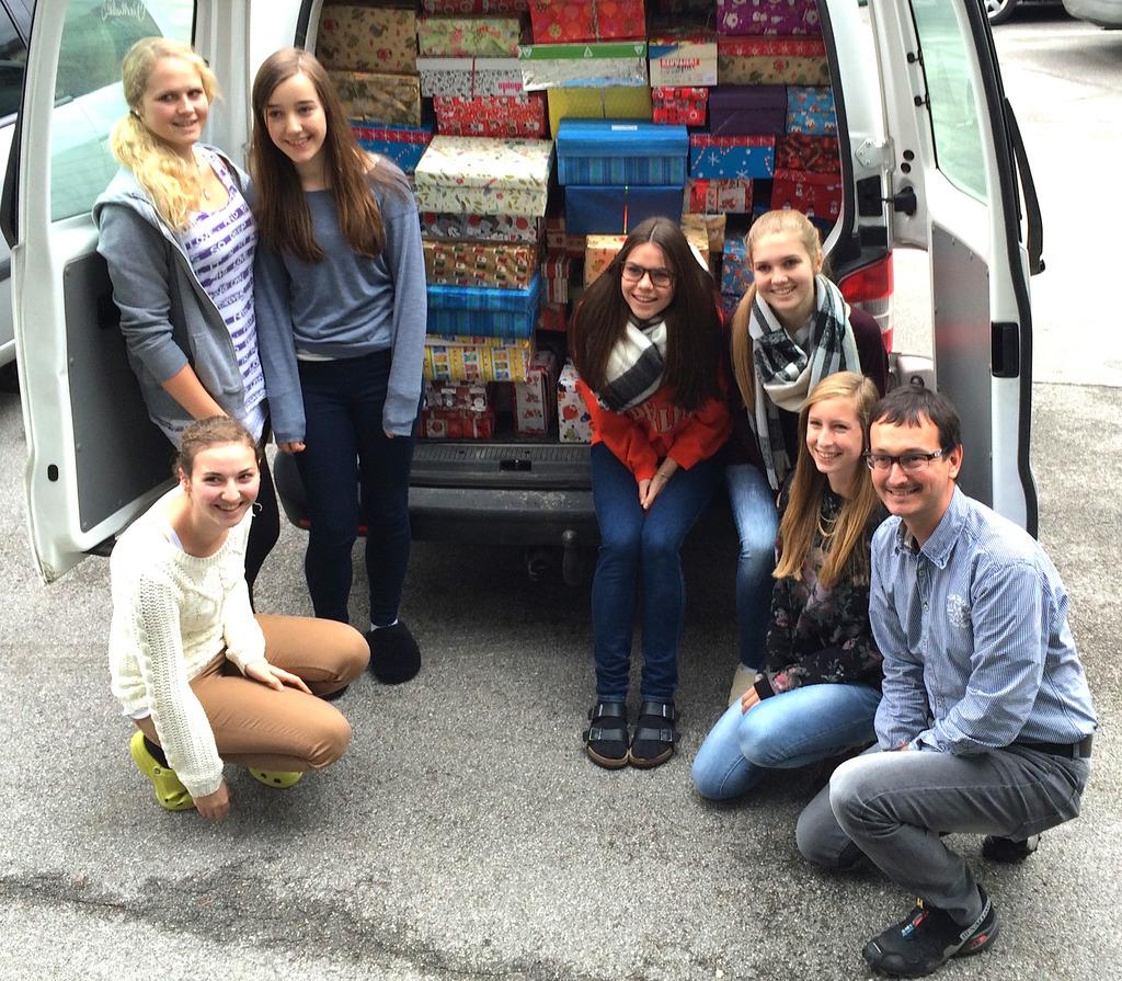 Ein Lieferwagen voller Freude: Spaß beim Schuhkartonspacken haben die Schülerinnen des Elisabethinums St. Johann – im Bild mit ihrem Lehrer Franz Schaffer.