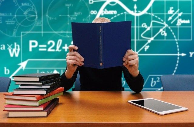 Lernen ohne Ruhepause: Viele Kinder fühlen sich durch Hausübungen und Lernen am Wochenende überfordert.