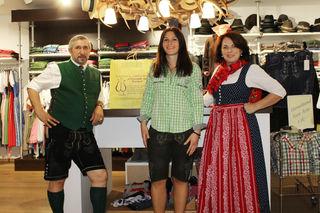 Matthias und Annemarie Ferner mit der glücklichen Gewinnerin Lisa Maria Seidl (Mitte).