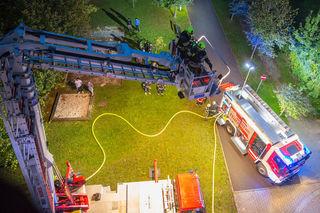 Mit der Teleskopmastbühne wurden zwei Bewohner vom Balkon gerettet.