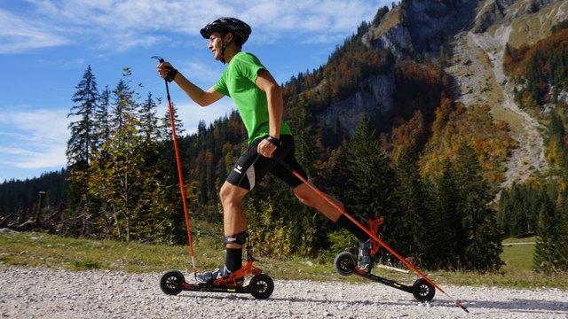 Langlaufen ohne Schnee und nicht nur auf Asphalt – das ist Skiken. Der neue revolutionäre Fersenhochgang sowie das effiziente Bremssystem simulieren die Langlauftechnik perfekt – egal ob Skating oder Klassisch.