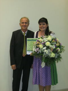Ausgezeichnet: Der Präsident des Bundesverbandes der Österreichischen Gärtner Albert Trinkl überreichte Anja Buch die Urkunde.