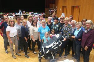 Unter der Leitung von SP-Frauenvorsitzender Gemeinderätin Regina Öllinger (vorne Mitte) fand auch diesen Herbst wieder der Kinderkleiderbasar statt.