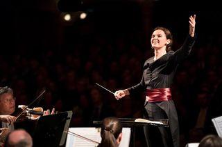 Oksana Lyniv, dirigiert mit ganzem Körpereinsatz und großer Leidenschaft.