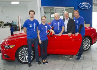 Dominik, Doris, Josef und Dieter Schwarz mit Bgm. LA Georg Rosner vor dem sportlichen Ford Mustang.