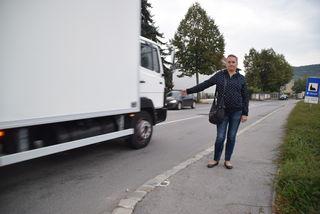 Obfrau Sandra Paukenheider beim Lokalaugenschein mit den Bezirksblättern auf der Pressbaumerstraße.