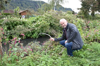 Anrainer Gerhard Brugger zeigt auf: Die Anrainer der Ebenthaler-Siedlung müssen bei starkem Regen Wasser aus den Kellern in den Feuerbach abpumpen – in dem bei Starkregen zudem Fäkalien schwimmen