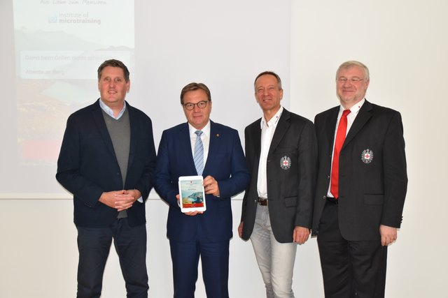 Dieter Duftner (Institutes of Microtraining) LH Günther Platter, RK-Präs. Robert Moser und Chefarzt Thomas Fluckinger