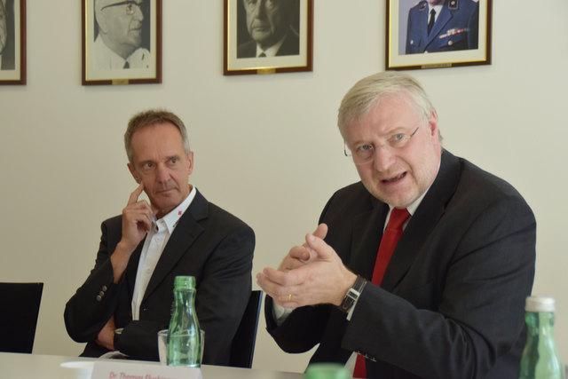 Erläutert die Vorteile der App: Chefarzt Thomas Fluckinger mit Präs. Robert Moser