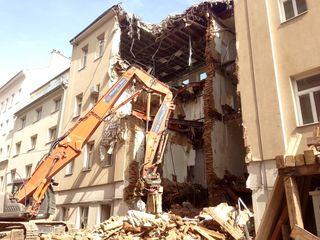 Das Gebäude in der Alserbachstraße 23 wird derzeit abgetragen.