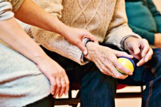 Hilfe im Alltag. Das Hilfswerk will Langzeitarbeitslose bei einfachen Diensten in den Pflegebereich einbinden