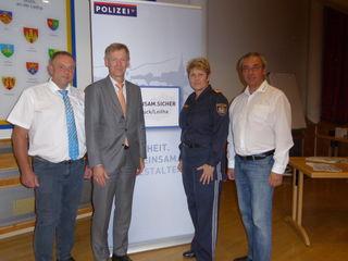 Obstlt. Sabine Zentner mit BH Peter Suchanek, Heribert Kirchmayer (re.) und Wolfgang Janus (li.) vom NÖ Zivilschutzverband.
