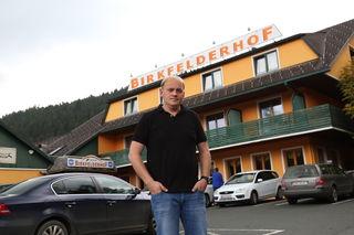 Fritz Kristoferitsch vor dem Birkfelderhof. Das Gebäude soll abgerissen und ein Diskont-Markt entstehen.