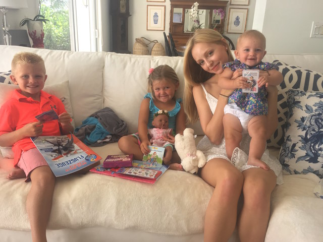 Marisa Pichlmair mit den drei Kids ihrer Gastfamilie.