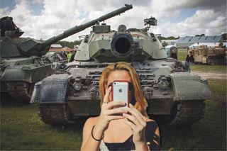 Selfie vor dem Panzer. Das können Sie machen - empfehlen würden wir es aber nicht.