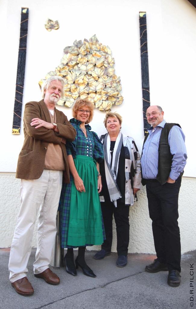 Christian und Maria Cervenka mit Helene Fuchs-Moser und Gerhard Palkowitz vor dem Kunstwerk in der Schubertstraße.