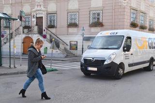 Gestelltes Foto: Tanja Doppler zeigt, wie so ein Smombie beim Überqueren der Straße aussieht.