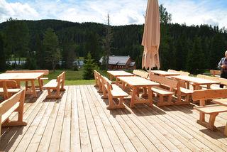 Die Bänke, Tische und der Boden der neuen Terrasse der Ludlalm sind aus Holz.