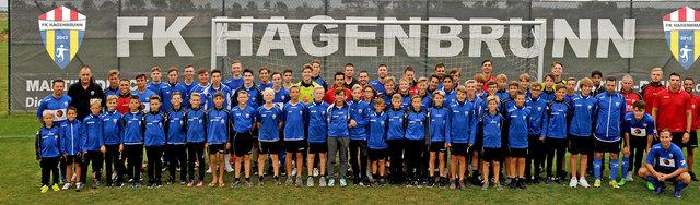 Die Spieler des FK Hagenbrunn mit ihren Trainern und dem sportlichen Leiter Paul Scharner.