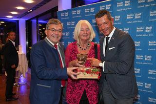 Erhielt den Ehrenpreis des Bezirksblätter-Regionalitätspreises: die langjährige ORF-Journalistin Elfi Geiblinger – mit LR Sepp Schwaiger und Bezirksblätter-Geschäftsführer Michael Kretz.