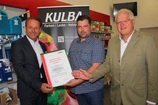 Andreas Herz (l.) und Gerhard Streit von der Wirtschaftskammer gratulierten Mario Rucker zum 40-jährigen Jubiläum von Kulba.