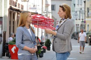 Bürgermeisterin Elisabeth Paruta-Teufer (r.) führt die neue Stadtmanagerin Bettina Braumann in das Thema Freistadt ein.