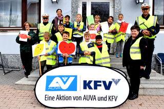 Die Polizisten Arnold Kertelits (rechts) und Hans-Peter Peischl (links), Martina Trimmel vom KFV (rechts vorne) und Volksschullehrerin Melanie Zsifkovits (links hinten) veranstalteten die Aktion mit 47 Schulkindern.