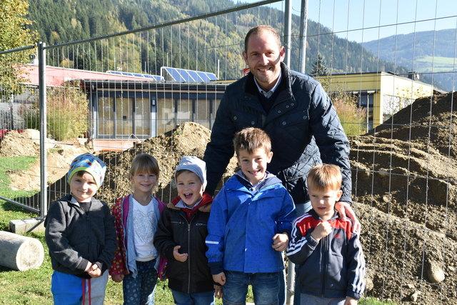 Kindergartenreferent Herwig Tiffner besichtigt mit Kindern des Kindergartens St. Ulrich die Baustelle